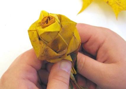 Розы из кленовых листьев своими руками